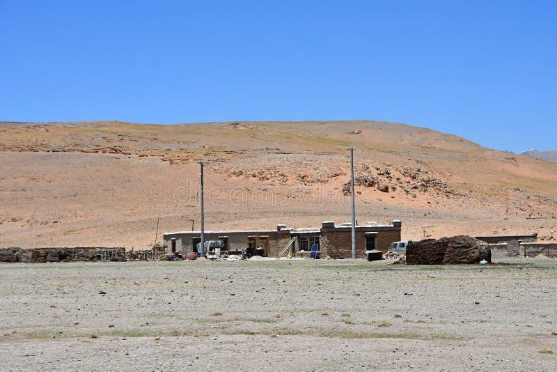 t?bet Casa rural t?pica en uno de los acuerdos de la alto-monta?a en la orilla del lago Sam Co en verano imagen de archivo