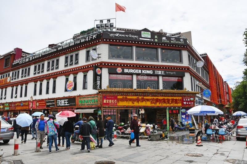 T?bet, Lasa, China, junio, 03, 2018 Gente delante del restaurante Burger King de los alimentos de preparación rápida en el centro imagenes de archivo