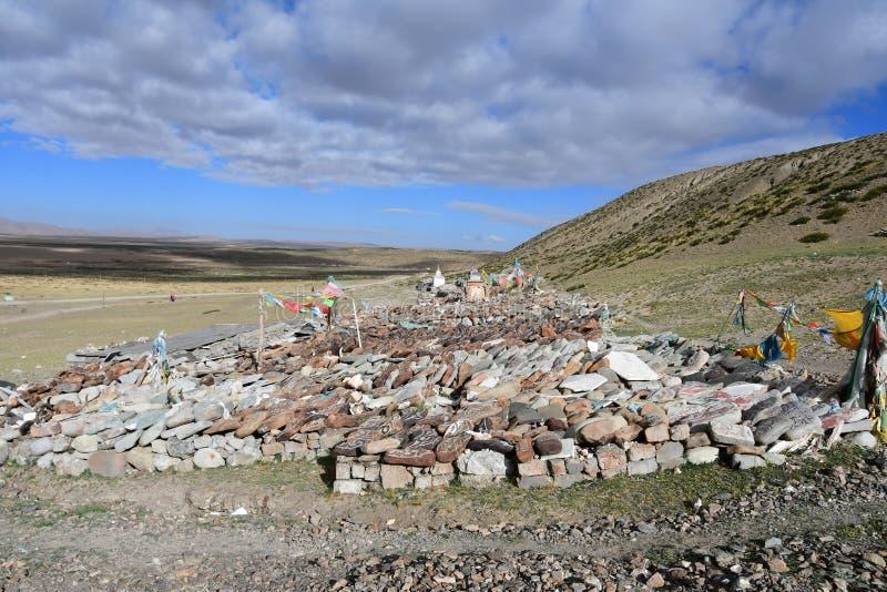 t?bet Piedras budistas del rezo con mantras y dibujos del ritual en el rastro de la ciudad de Dorchen alrededor del monte Kailash foto de archivo libre de regalías