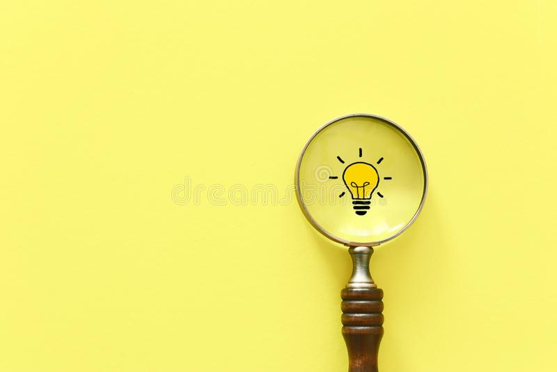 t?a biznesowy poj?cia wizerunku biel Powiększać - szkło i lampa Znajdujący najlepszy inspirację i pomysł wśród innych obrazy stock