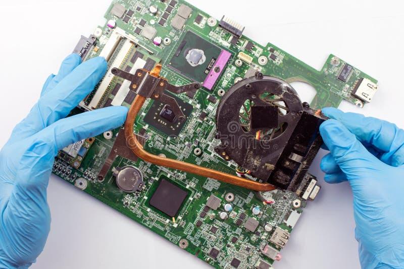 T?cnico de las TIC que repara el ordenador port?til roto del ordenador port?til fotos de archivo libres de regalías