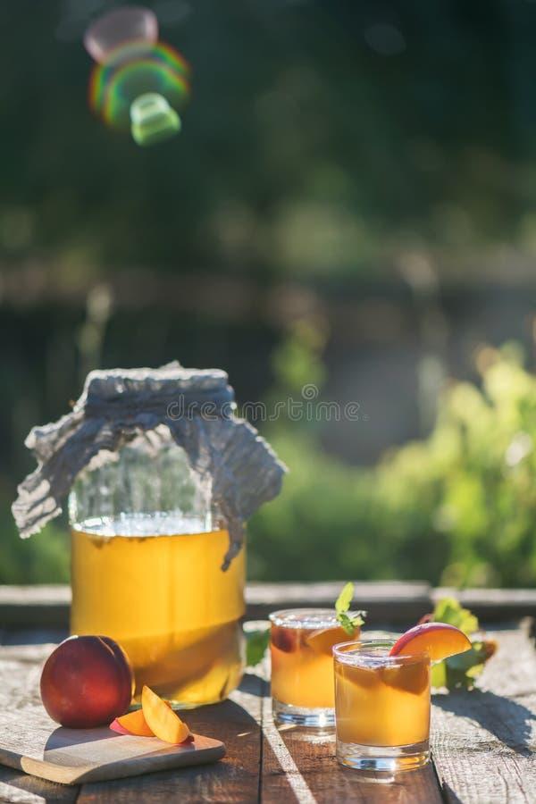 T? crudo fermentado hecho en casa del kombucha con diversas condimentaciones Bebida condimentada probi?tica natural sana Superfoo fotos de archivo