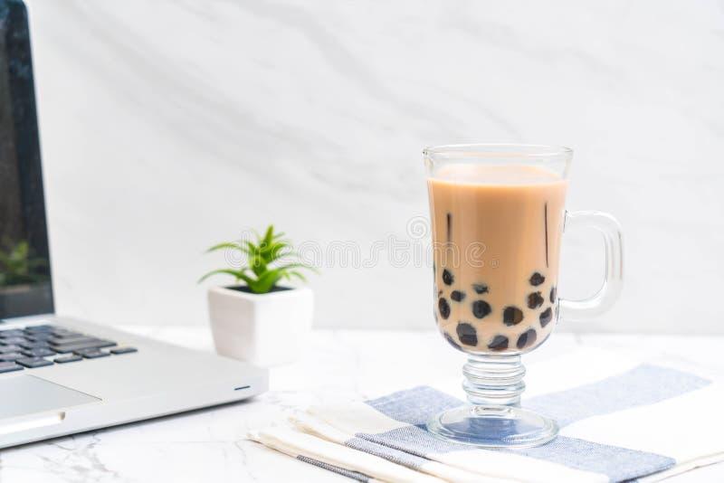 T? de la leche con la burbuja fotos de archivo