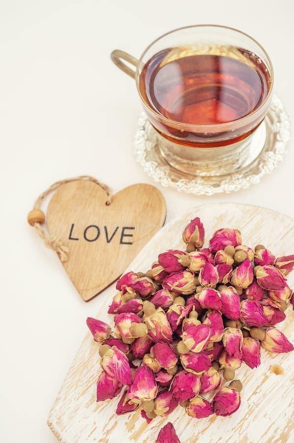 T? del brote de Rose El té de los brotes color de rosa se hace de brotes color de rosa reales, se despluma en la juventud, y desp foto de archivo libre de regalías