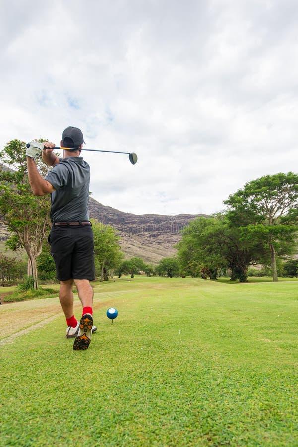 T del giocatore di golf fuori dalla scatola del T al tratto navigabile immagine stock libera da diritti