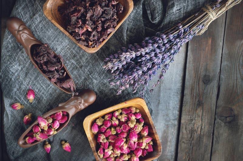 T? di Rosebud Il tè di Rose Bud è fatto dai germogli rosa reali colti quando sono giovani ed allora secchi fotografia stock
