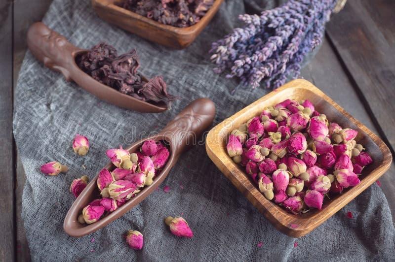 T? di Rosebud Il tè di Rose Bud è fatto dai germogli rosa reali colti quando sono giovani ed allora secchi immagine stock