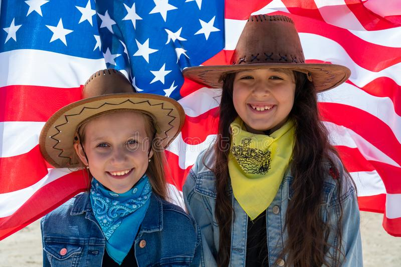 t?a dzie? grunge niezale?no?? retro Patriotyczny wakacje Szcz??liwi dzieciaki, ?liczna dwa dziewczyny z flag? ameryka?sk? kowboj zdjęcia royalty free