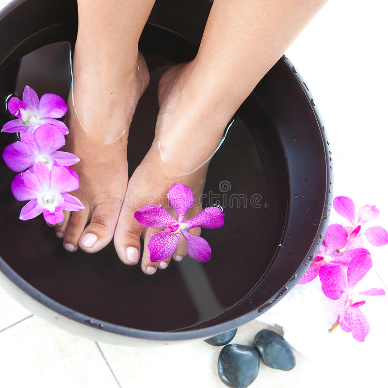 T en tazón de fuente del balneario del pie con las orquídeas imagen de archivo