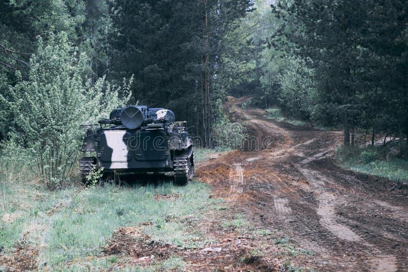 For?t en valeur le v?hicule de combat d'infanterie part de route d'?quipement militaire ayez la tonalit? photographie stock libre de droits