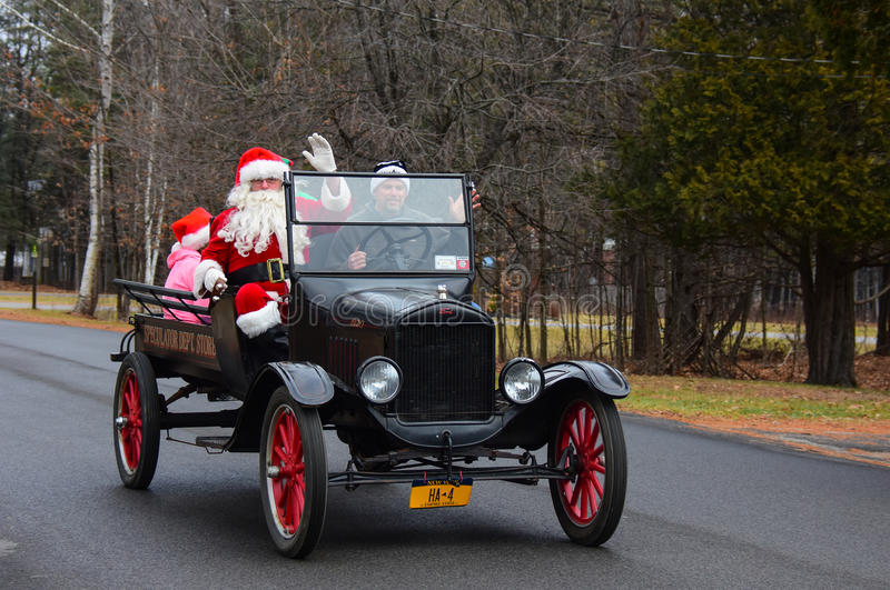 T Ford modelo que lleva a Santa Claus imágenes de archivo libres de regalías