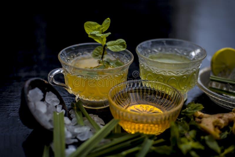 T? helado del pepino y de la menta en superficie de madera en una taza transparente con las rebanadas de pepino y pepino, hojas d fotografía de archivo