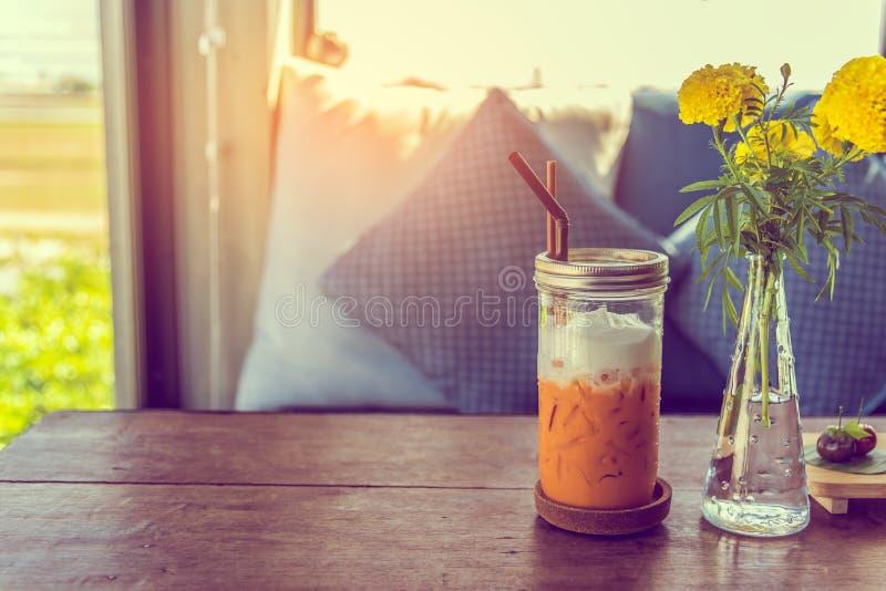 T? helado en la tabla de madera en la cafeter?a foto de archivo libre de regalías