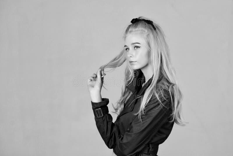( t i Сторона макияжа девушки нежная белокурая стоковое изображение