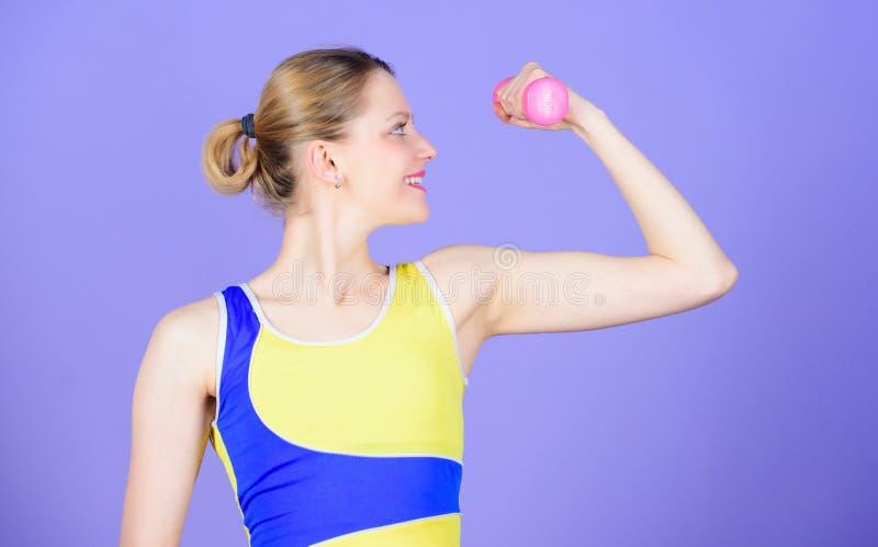 t i   强的肌肉力量 运动的妇女 库存照片