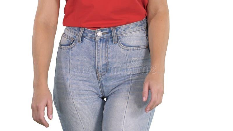 走在高牛仔裤和红色T恤杉的偶然妇女在白色背景 免版税库存照片