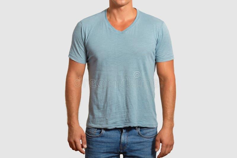 T koszulowy projekt i reklamy pojęcie Unrecognizable mężczyzna z mięśniowym ciałem jest ubranym przypadkową błękita t koszula i c zdjęcia stock
