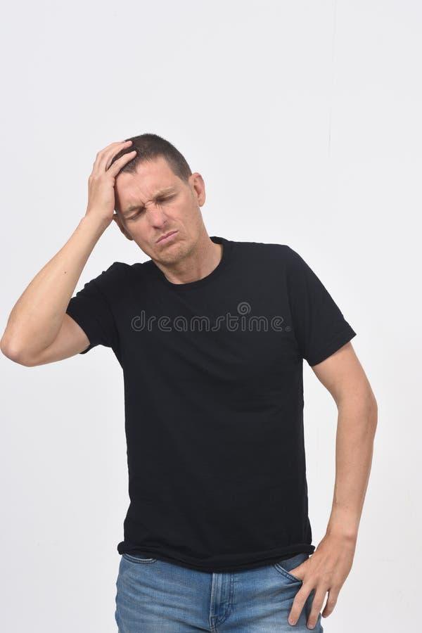 t?a migreny m??czyzna strza?u pracowniany biel zdjęcia stock