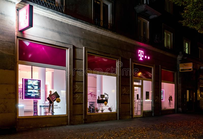 T-Mobile载体支持商店和商店在哈维若夫,捷克在夜小时 免版税库存图片