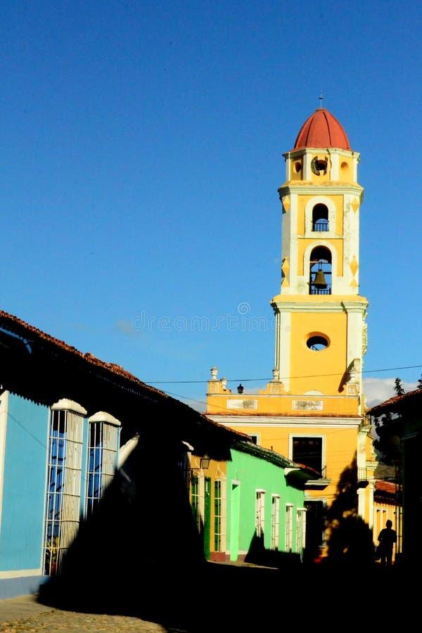 T?nda och skugga Sikt av den San Francisco de Asis kyrkan cuba trinidad royaltyfria bilder
