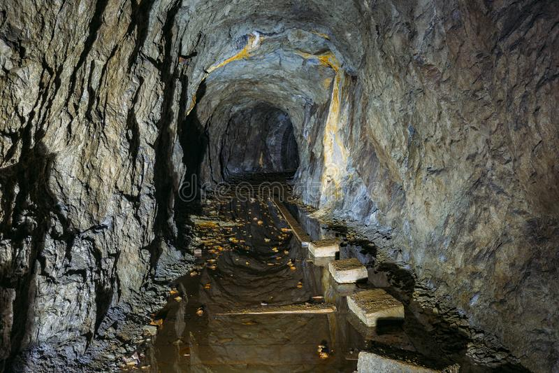 T?nel abandonado inundado sucio espeluznante oscuro de la mina fotografía de archivo