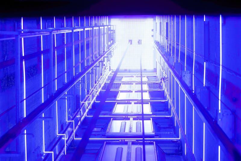 T?nel luminoso azul de la elevaci?n fotos de archivo