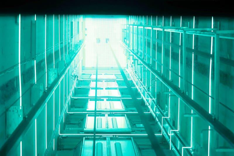 T?nel luminoso azul do elevador ilustração stock