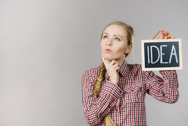 T?nkande h?llande id?tecken f?r kvinna arkivfoto