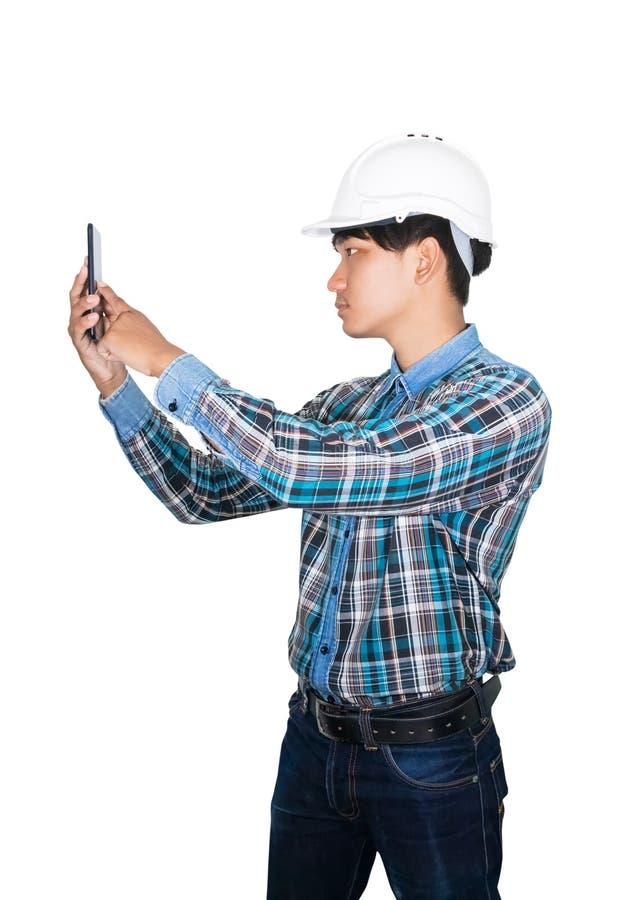 T?nkande kommando f?r aff?rsmantekniker med mobiltelefonen med 5g n?tverket, snabb mobil internet och b?r den vita s?kerhetshj?lm royaltyfri fotografi
