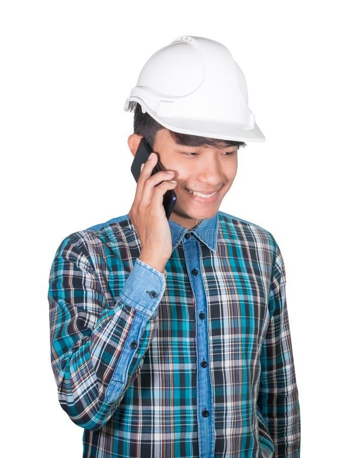 T?nkande kommando f?r aff?rsmantekniker med mobiltelefonen och att b?ra vit plast- f?r s?kerhetshj?lm p? vit bakgrund royaltyfri foto