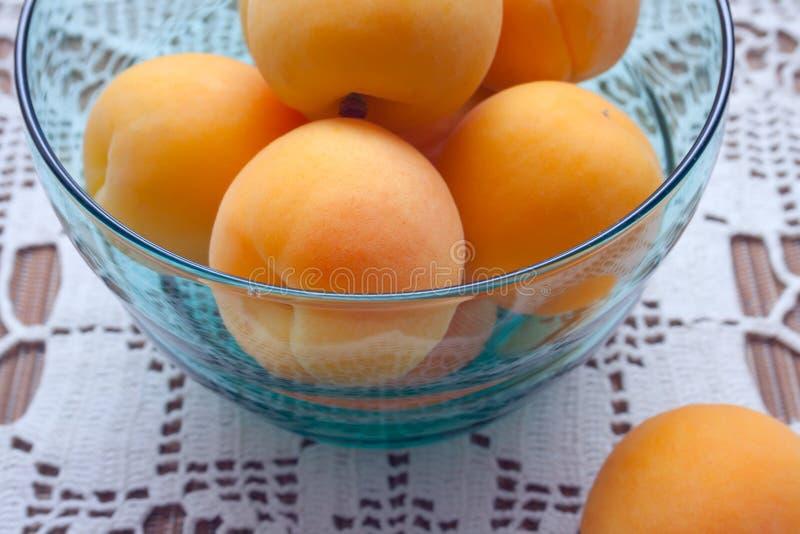 T?o dla zdrowej diety je?? zdrowo poj?cia Pomarańczowe dojrzałe morelowe owoc na stole na białym tablecloth fotografia royalty free