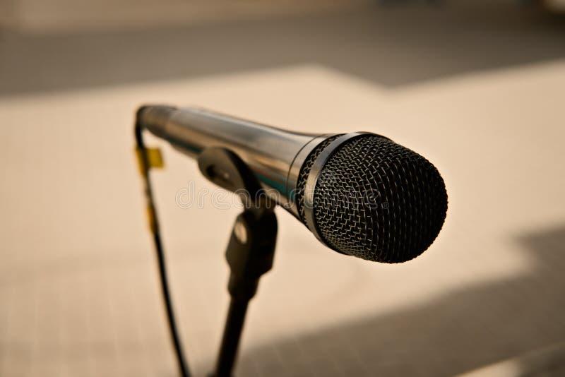 t?o fasonuj?ca ostro?ci pierwszoplanowego mikrofonu stara brzmienia sepiowym statywowym kolor ? fotografia stock