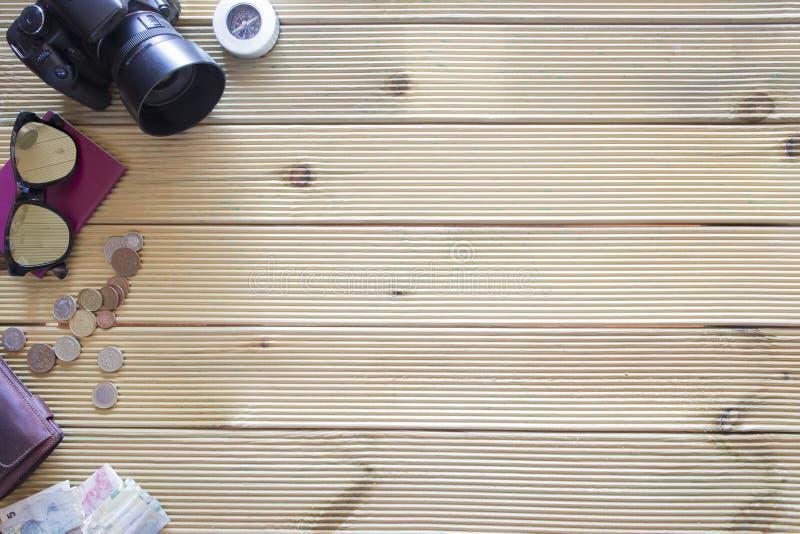 Download Tło Rzeczy Wycieczka Na Drewnianym Stole Zdjęcie Stock - Obraz złożonej z naczynie, sunglasses: 57661708