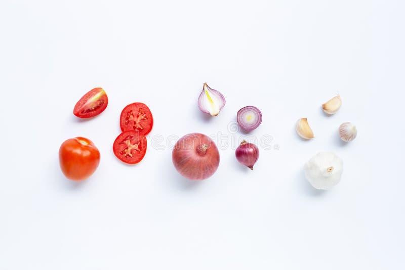 t?o szczypiork?w ?wie?ego og?rkowy salat cebulkowy zastrzeli? wiosen studio warzywa pomidora bia?ych Pomidor, Czerwona cebula, cz obrazy royalty free