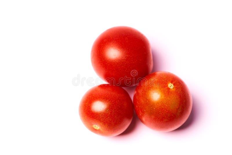 t?a odosobneni czerwieni trzy pomidory bia?y obrazy royalty free
