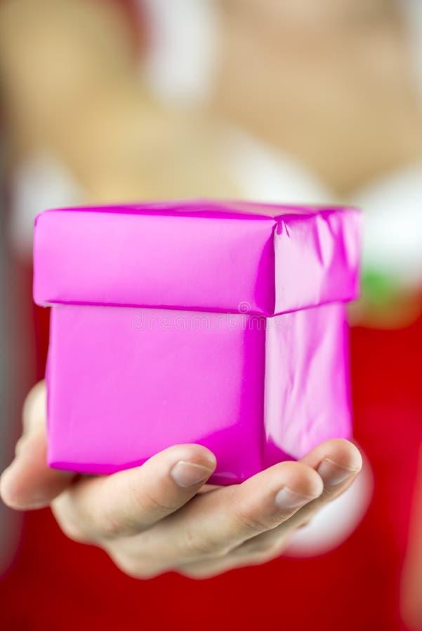T'offrant un cadeau de Noël photographie stock libre de droits