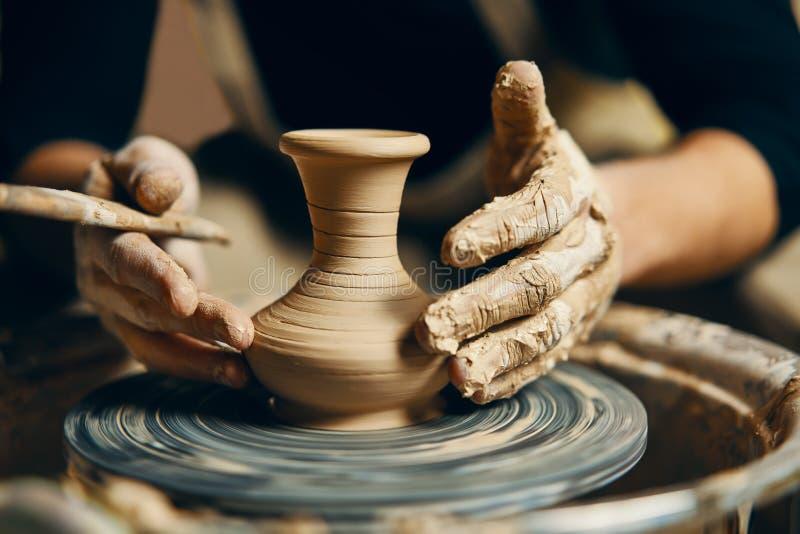 T?pfer, der keramischen Topf vom Lehm auf einer T?pferscheibe modelliert stockfotos