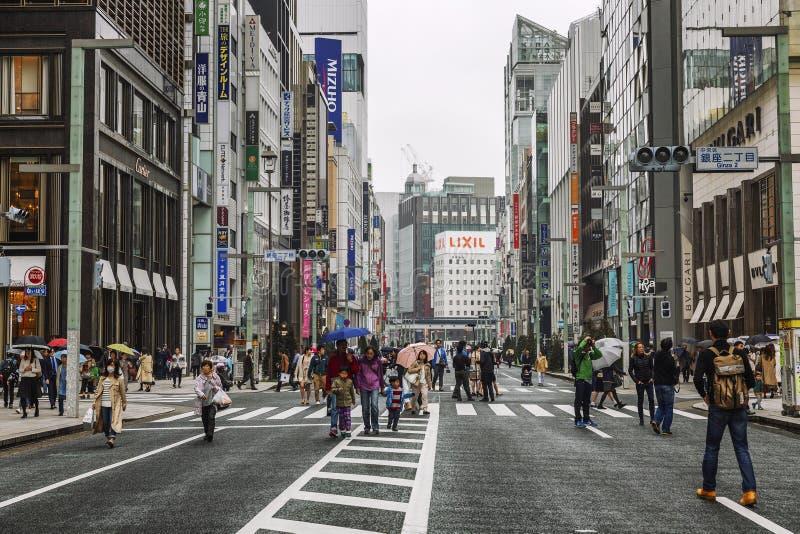 T?quio, Jap?o, 04/08/2017: Os povos andam ao longo da rua pedestre de Ginza imagens de stock royalty free