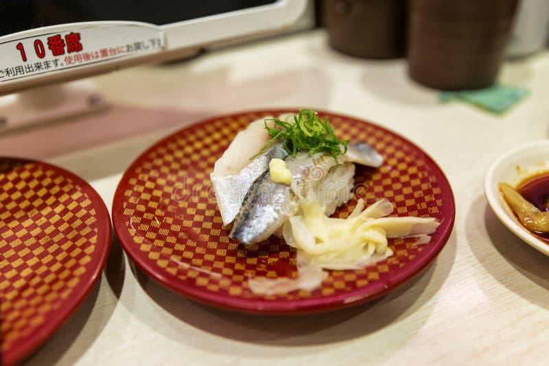 T?quio, Jap?o, 04/08/2017 Sushi em uma placa em um café imagem de stock royalty free