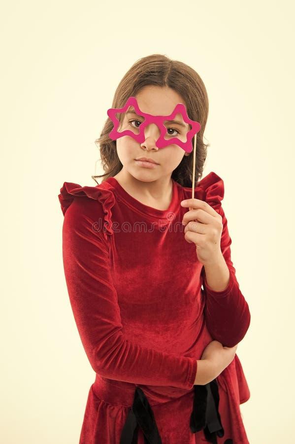 t r Μικρό κορίτσι στα γυαλιά κομμάτων μικρό καλοκαίρι χαιρετισμού κοριτσιών Παιδική ηλικία και στοκ φωτογραφίες με δικαίωμα ελεύθερης χρήσης