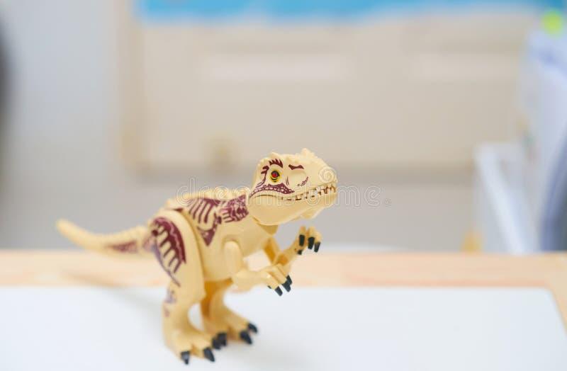 T rex o Tyranosaurus dinosaur giocattolo nella postazione di caccia immagini stock