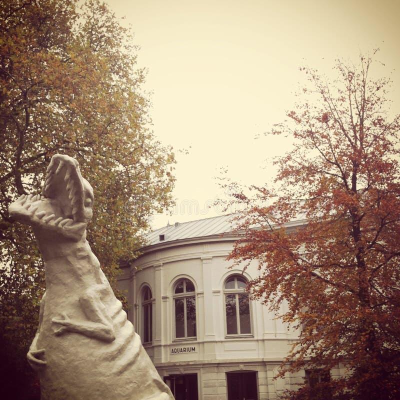 T-Rex statua przy wejściem zoo fotografia stock