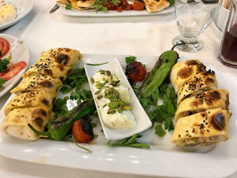 T?rkisches Lebensmittel Beyti Kebap/Shawarma-Kebab mit Jogurt lizenzfreies stockbild