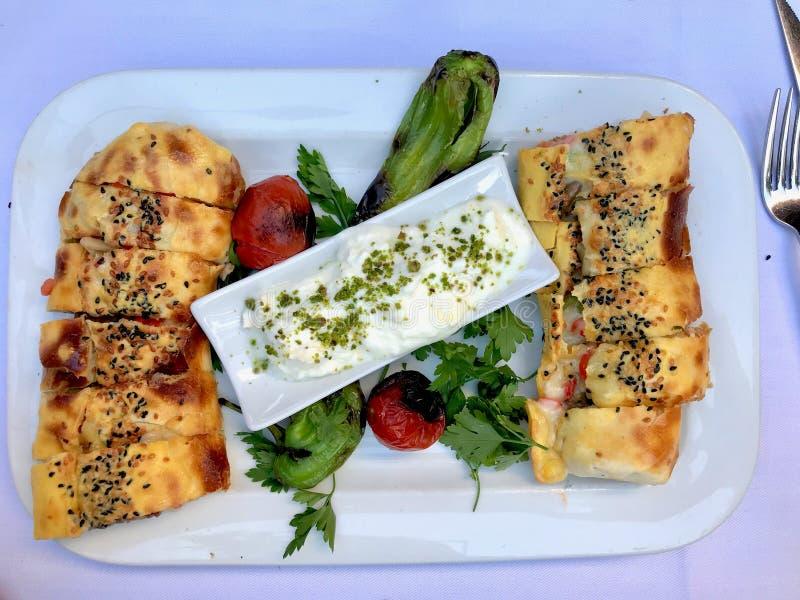 T?rkisches Lebensmittel Beyti Kebap/Shawarma-Kebab mit Jogurt stockbilder