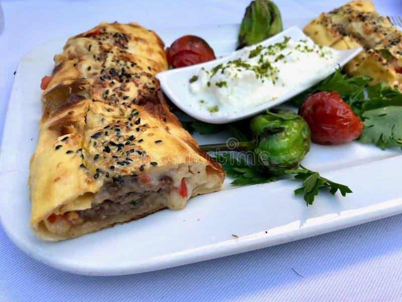 T?rkisches Lebensmittel Beyti Kebap/Shawarma-Kebab mit Jogurt stockfoto