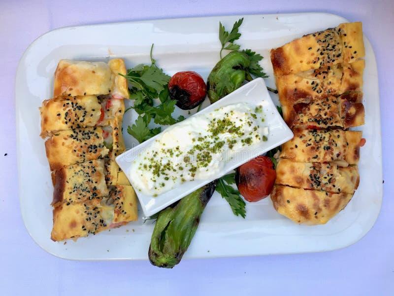 T?rkisches Lebensmittel Beyti Kebap/Shawarma-Kebab mit Jogurt stockfotografie
