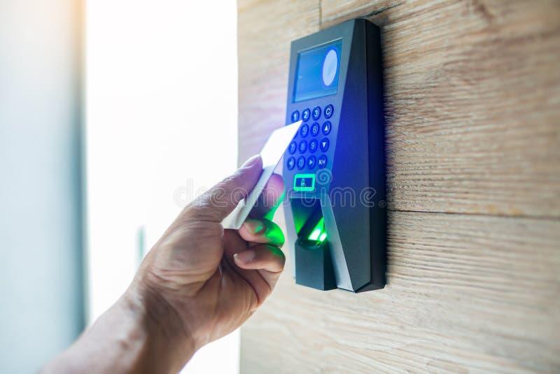 T?rzugriffskontrolle Personal, das eine Schlüsselkarte hält, um Tür oder Kondominium zu Hause zuzuschließen und zu entriegeln lizenzfreies stockbild