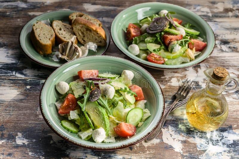 t?t sallad som skjutas upp gr?nsaken Läcker sallad med ost för avokado, för körsbärsröda tomater, arugula- och mozzarella Smaklig arkivbild