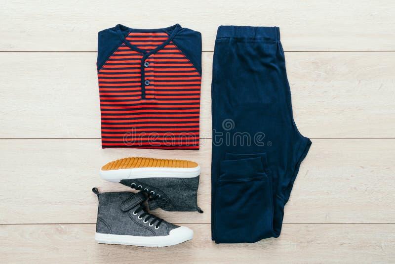 Download T-shirt Avec Le Pantalon Et Les Chaussures Sur Le Fond En Bois Photo stock - Image du bois, fond: 87705716