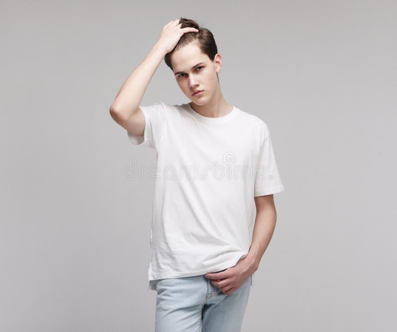 T-shirt blanc de port de jeune modèle masculin images libres de droits